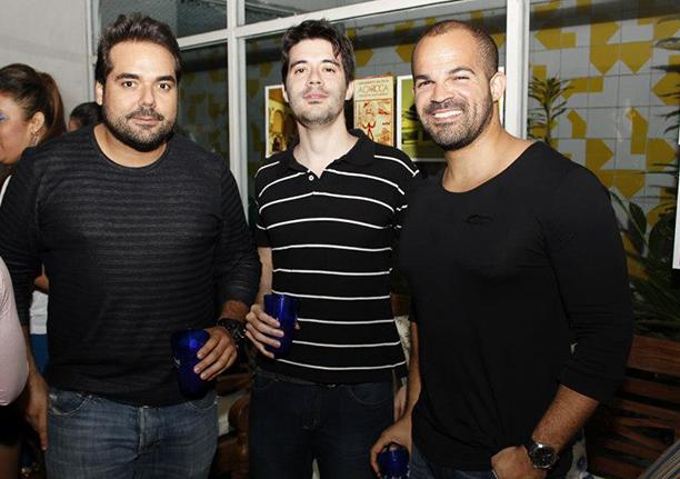 Fred Maron, o calça jeans, é o aniversariante, com Carlos Batalha e Moisés Dantas