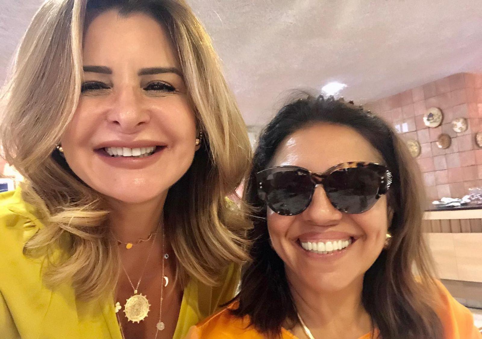 Laura Tanure a de oculos é a aniversariante do dia, na foto ela está com Graçe Valadares