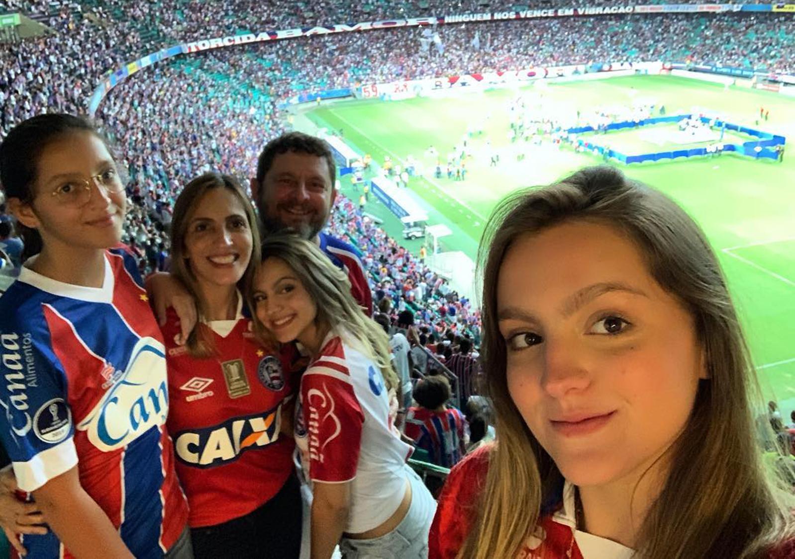 Stela Sá Sarmento é a aniversariante, na foto ela está com as filhas e o esposo Marcelo Sarmento