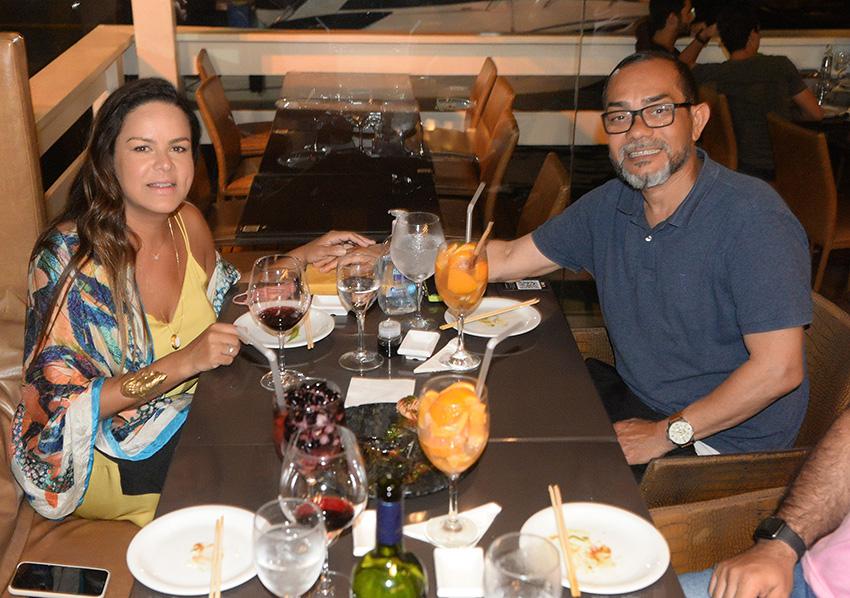 Bartô chef de cozinha e um dos dono do Soho, jantando com esposa no Soho da Bahia Marina