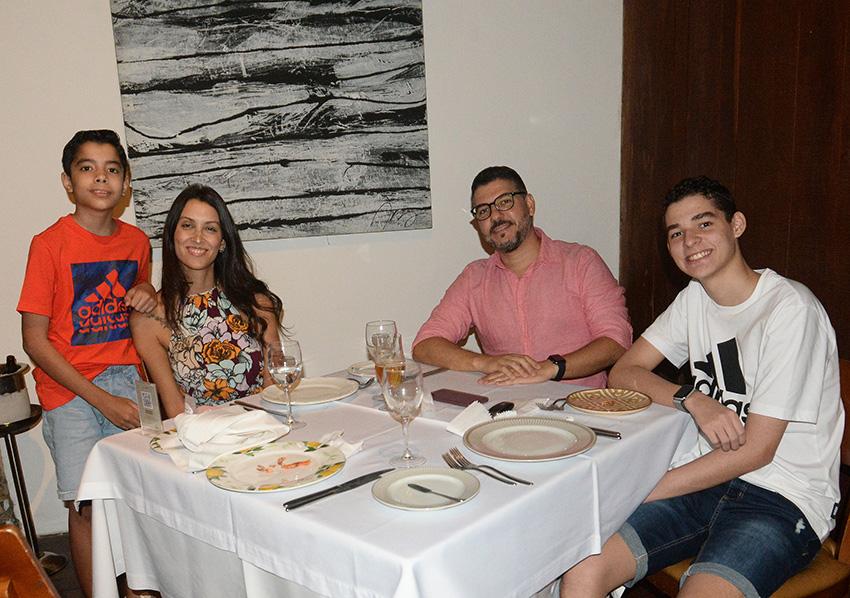 Flávio Machado um dos sócios do Restaurante Amado, jantando no mesmo com sua esposa e filhos