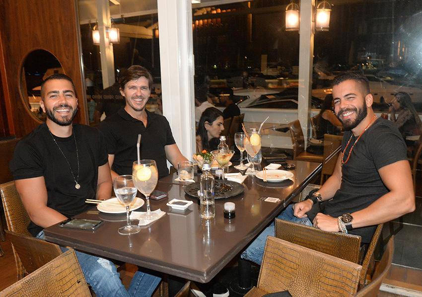 Os cantores Pipo e Rafa Marques e Jorge Araújo, em noite de gastronomia japonesa no Soho da Bahia Marina