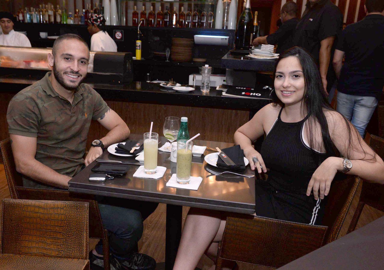Regis jogador do Bahia jantando nesta sexta-feira 30 de março com a namorada no Soho de Salvador