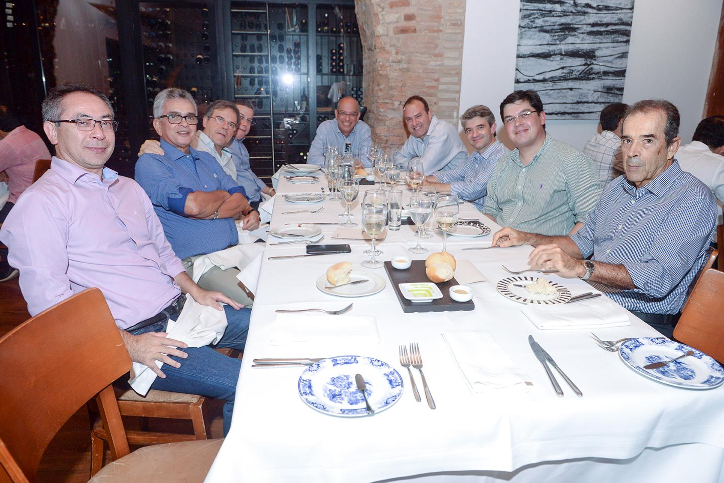Dr.César Araújo jantando com outros radiologistas no restaurante Amado ontem dia 08 de junho