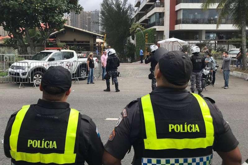 Esquema de segurança em frente a casa de Bolsonaro é reforçado