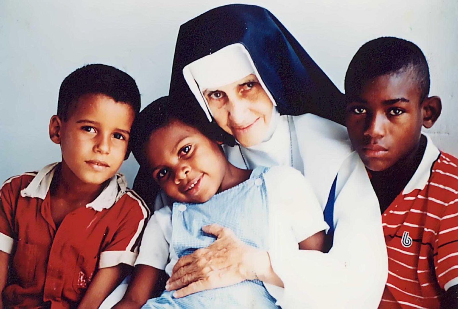 Hoje 13 de agosto o dia que a irmã Dulce se tornou freira. O que é uma pessoa santa?Clique pra vê
