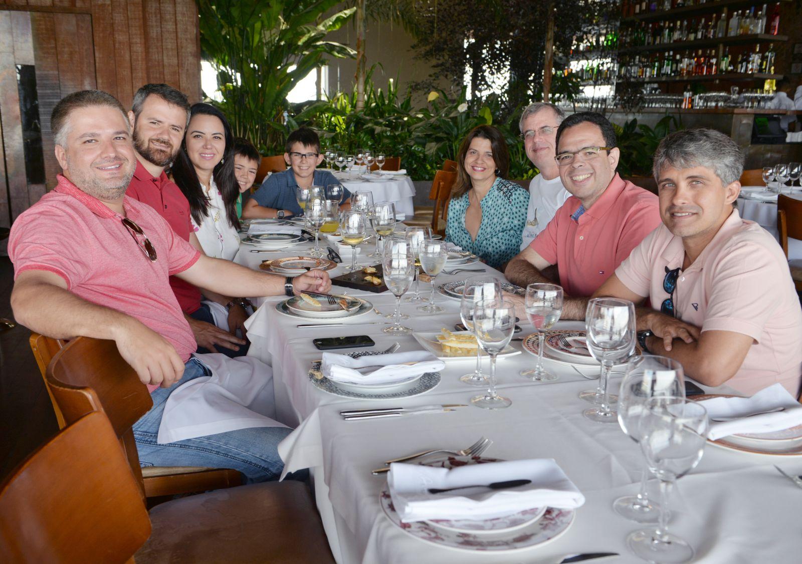 O advogado Luiz Viana presid. da OAB, jantando com outros advogados no Amado
