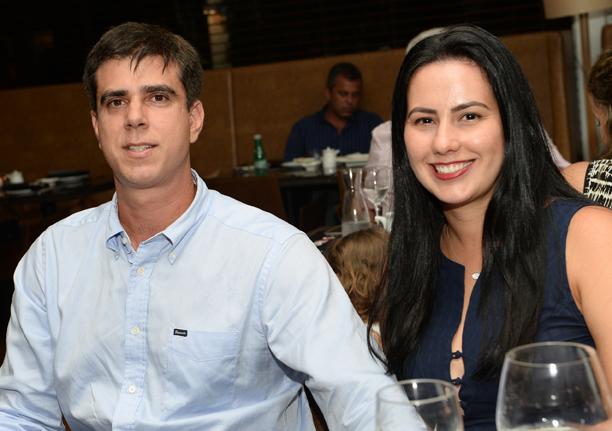 Luciana Barradas Souza e Eduardo Souza jantando no Amado