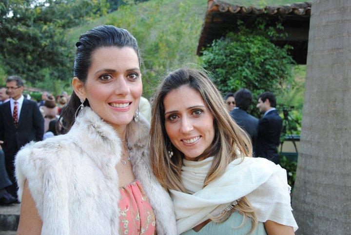 Joana Barreto de Araújo Tanure é aniversariante de hoje, na foto ela está com a irmã Bia Kruschevsky