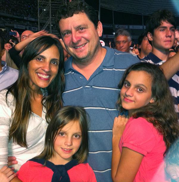 Stella Sarmento é a aniversariante de hoje, na foto ela está com esposo Marcelo Sarmento e suas filhas