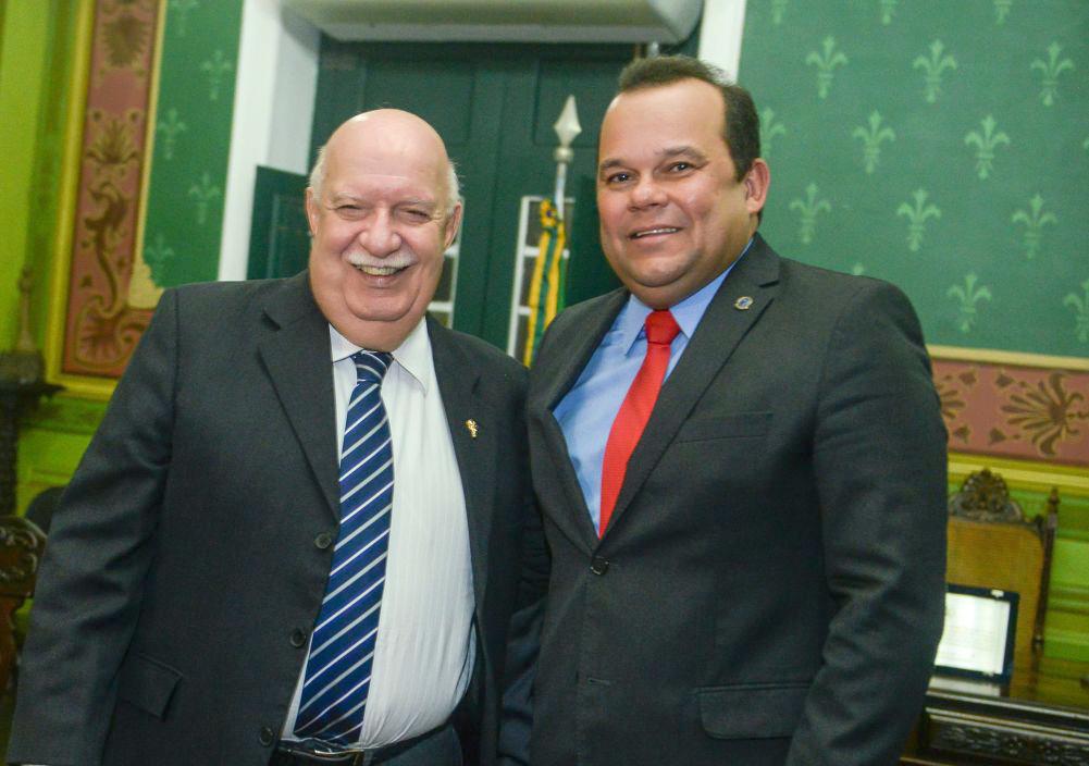 Dr. Maurício Nunes o aniversariante de amanha dia 05, na fotos ele está com o vereador Geraldo Júnior