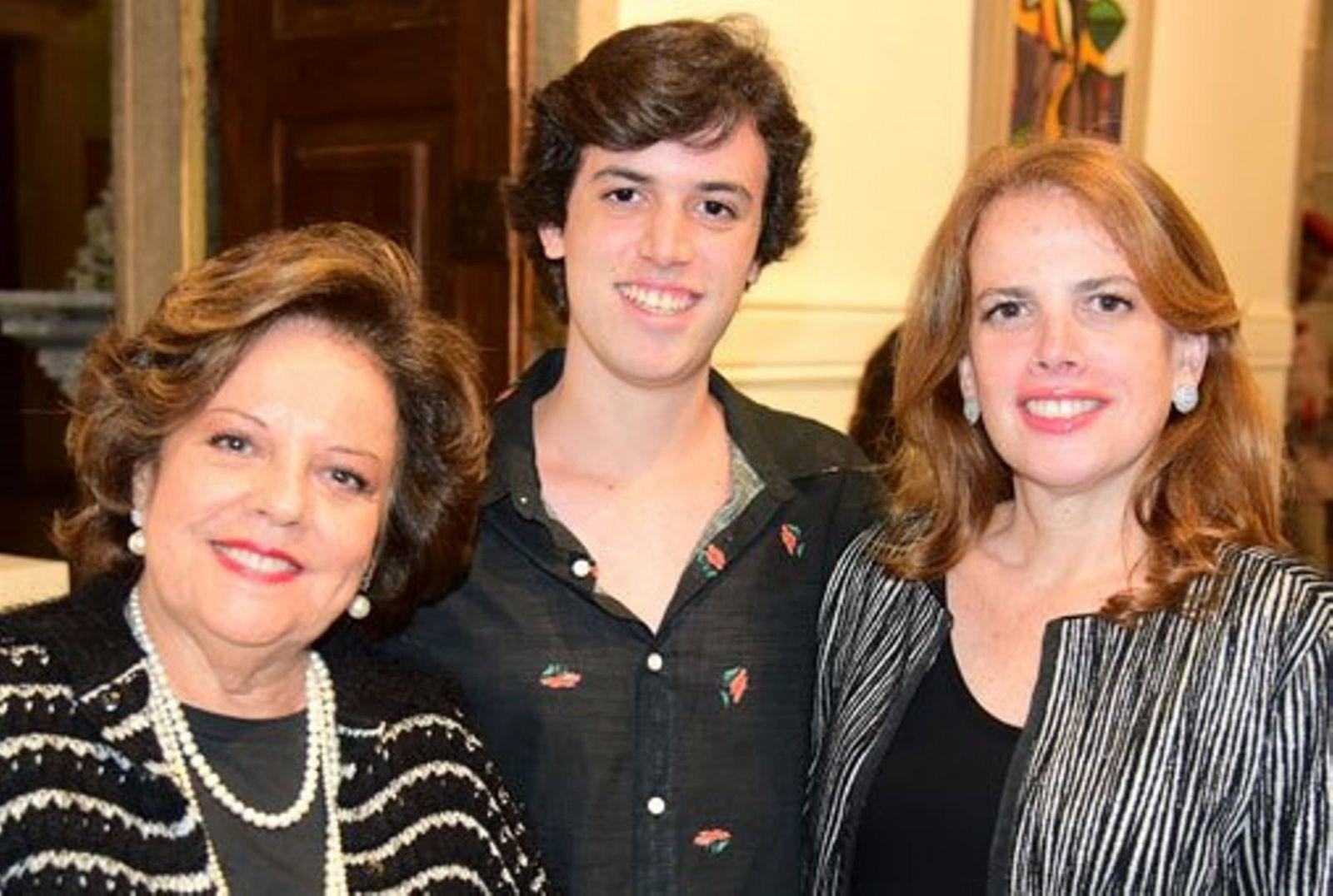 Fernanda Freitas a aniversariante do último dia 4 de junho, na foto ela está com sua mãe Janete Freitas e seu filho Flávio Freitas Roth
