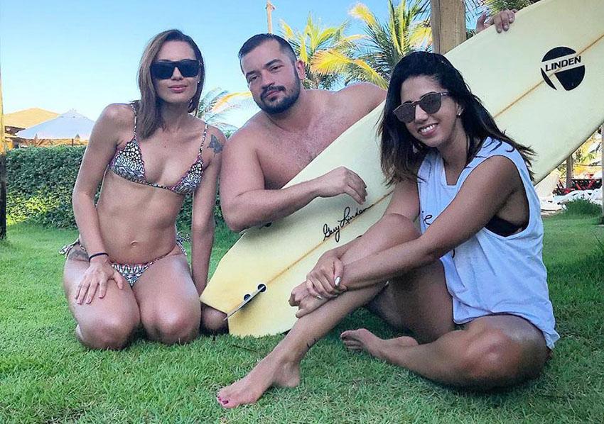 Estevão Terceiro entre Tamy Oliveira e Maria Regina Vivas