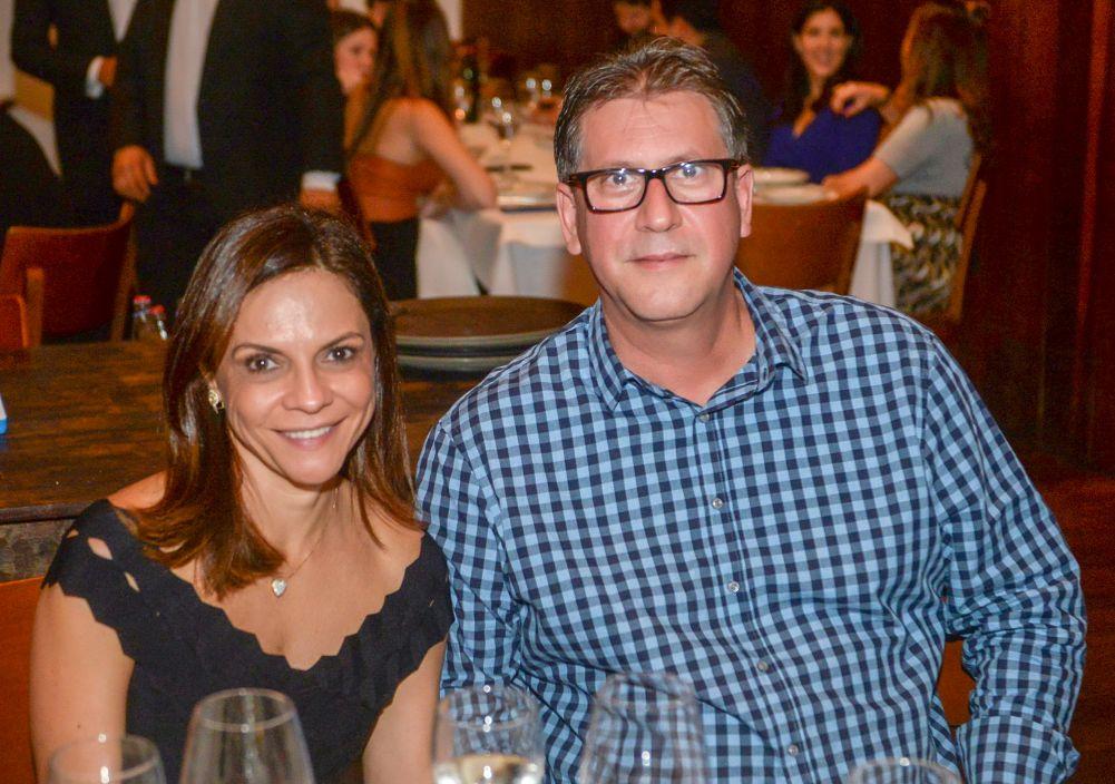 Roberto Diniz é o destaque advocatício de hoje, na foto ele está com Aninha jantando no Amado