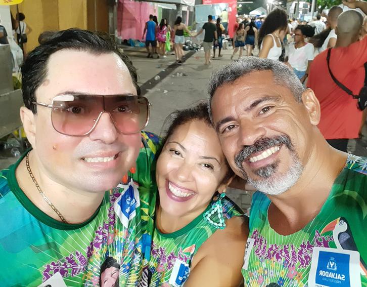 O artista plástico Augusto Oiticica, Flávia Dias e André Gross estão em Salvador curtindo o Carnaval