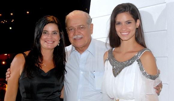 Tércia Borges a aniversariante de hoje dia 03, na foto ela está com o esposo Cesar Borges e a filha Bárbara