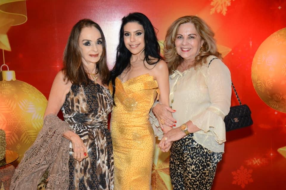 Analuzia Moscoso a de amarelo, é a nobre aniversariante de hoje dia 13, na foto ela está com Vera Luedy e Rita Magalhães
