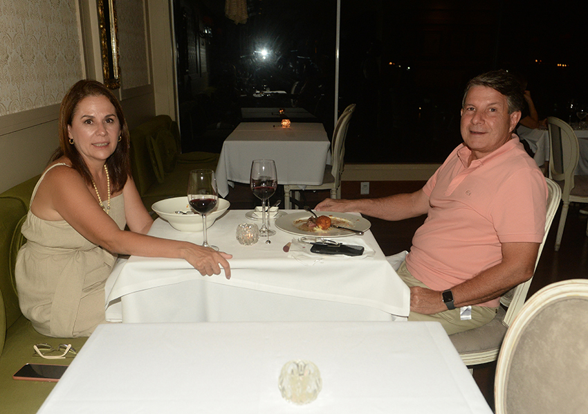 Patrícia e Flávio Ayres jantando no restaurante Chez Bernard o restaurante francês de Sallvador