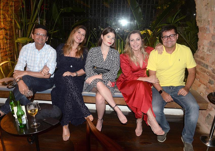 Lívia e Marcelo Nogueira Reis com a filha Marcela e Liliana e Pedro Dourado jantando no Amado
