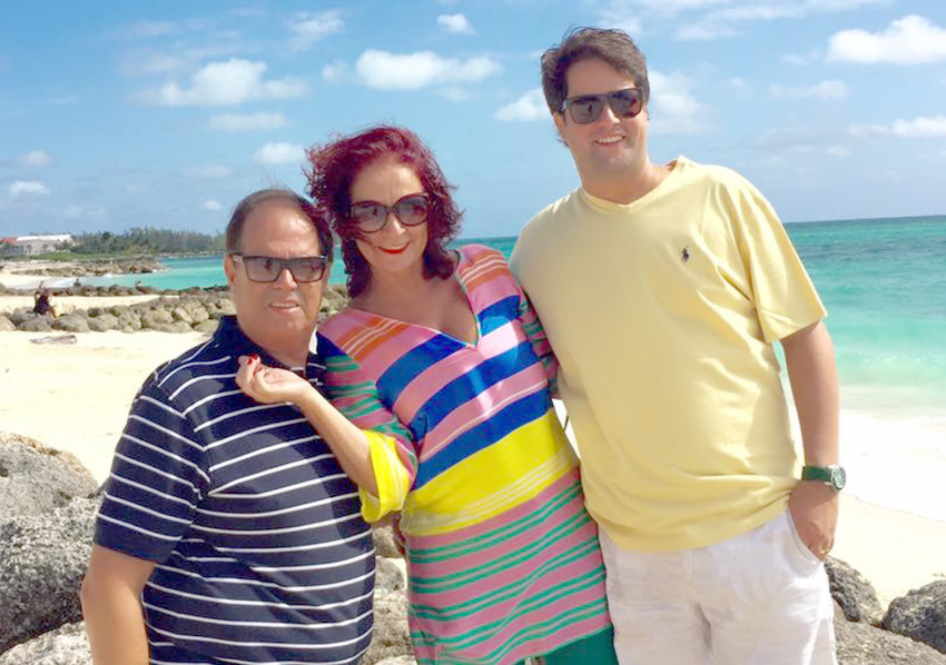 Moema Ribeiro a aniversariante de hoje 24/01, ela está entre o esposo Paulo César e o filho Diego Ribeiro