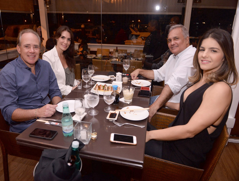 Hamiltinho Padilha e Vanessa Vila, Cezar Phileto e Karia jantando no Soho de Salvador