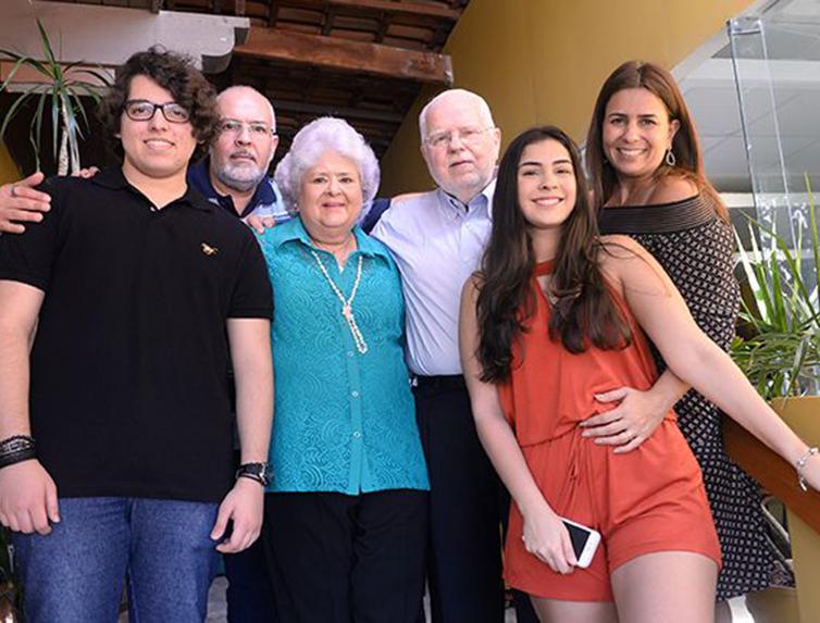 Neuza Castro a aniversariante de hoje(3), entre seu esposo Manuel Castro, ex-prefeito de Salvador, filhos e netos.