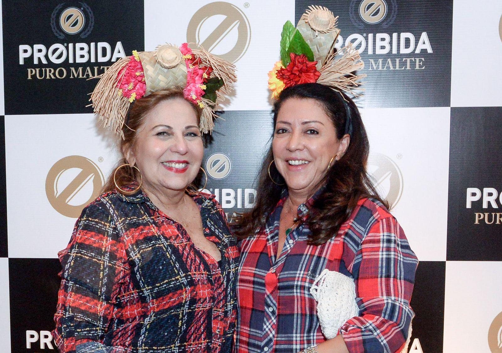 Rita Magalhães foi coroada a rainha da Forrozada em Praia do Fotre, na foto ela está com Aurora Mendonça.Ver mais...