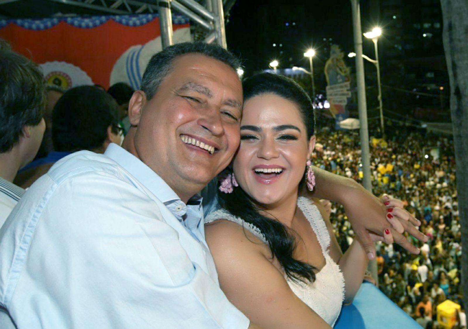 Governador Rui Costa e sua esposa Aline assistindo o carnaval 2018 de perto