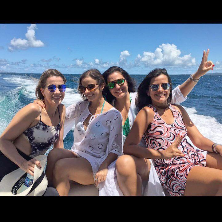 Sandy Najar a bela aniversariante de hoje, ela está branco, among the pretty friends