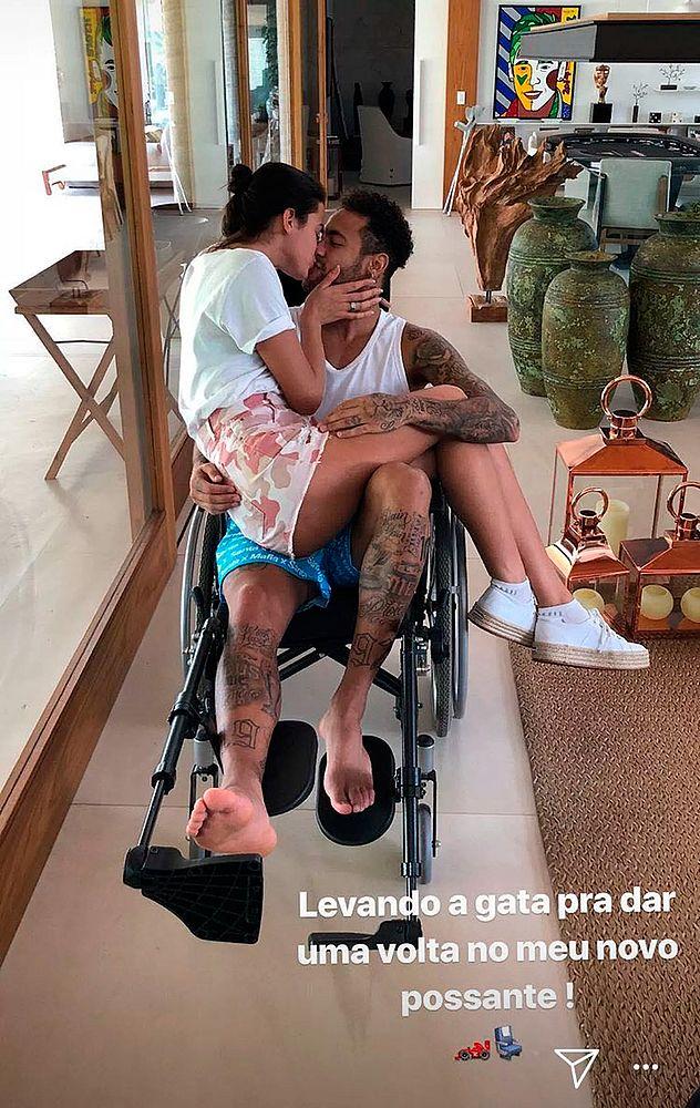 Neymar dá 'carona' a Bruna em cadeira de rodas: 'Novo possante'.