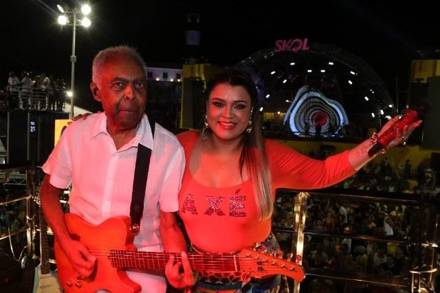 Gilberto Gil rouba a cena no encontro de trios no Palco SKOL