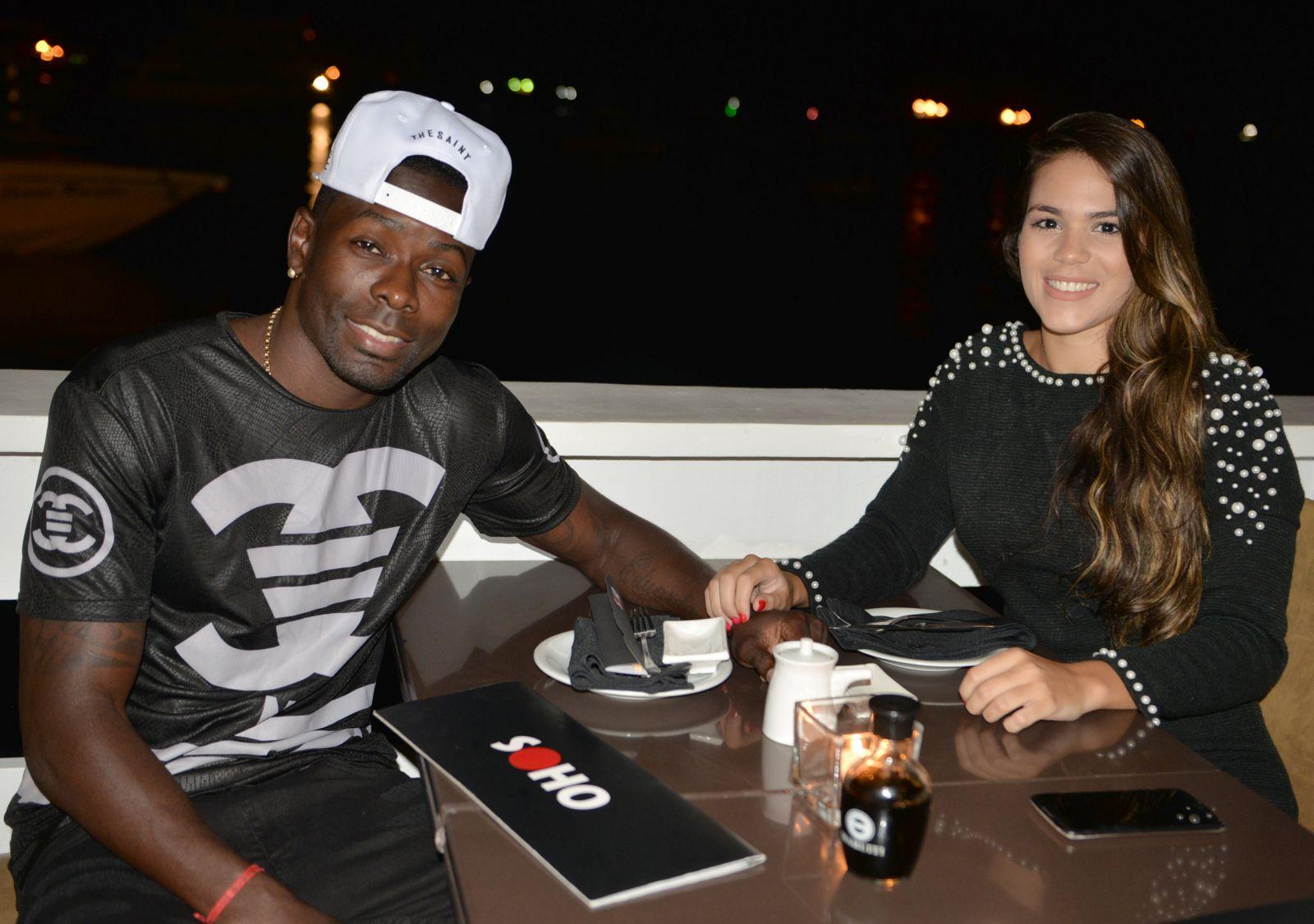 Kanu jogador do Vitória jantando com Jéssica Ketlin no Soho de Salvador.
