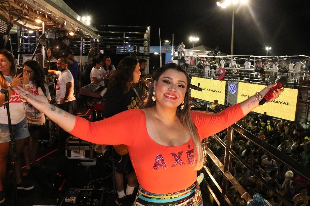 Preta Gil batiza Letícia Lima no carnaval da Bahia
