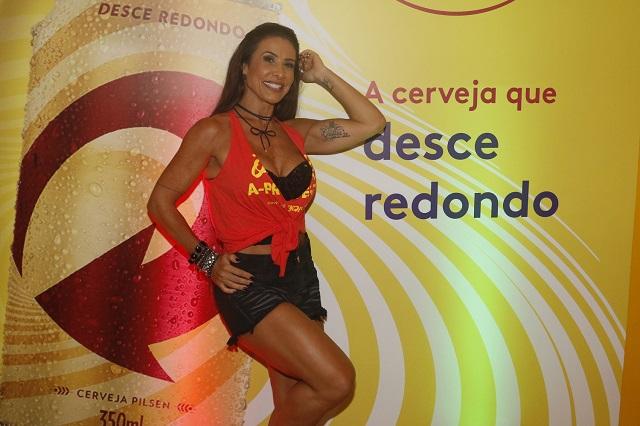 Fora do quadrado: Sheila Carvalho chama atenção em terceira noite do camarote SKOL
