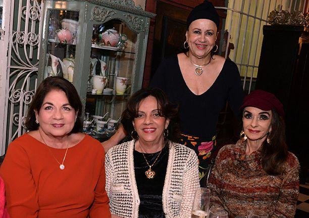 Sônia Steele recebeu um grupo de 14 amigos para jantar em sua mansão nesta quarta-feira 03