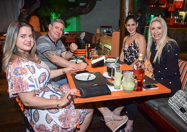 Llia Ferreira jantando no Das com Mário, Syntia e Karine Ferreira no dia 01 de setembro 2018