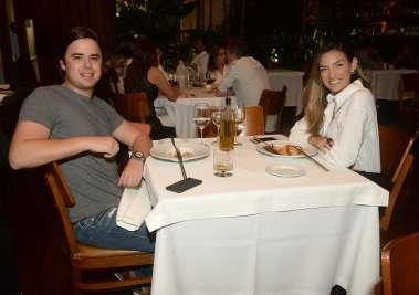Alexandre Schnitma e Carolina Furtado jantando no Amado em fotos de Valterio