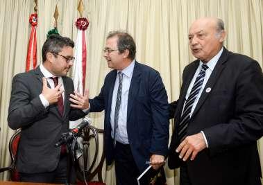 Fausto Franco conversando em espanhol com Javier Moro escritor espanhol, ladeado por Joaci Góes também escritor-fotos de valterio