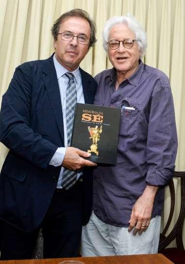 Javier Moro recebendo um livro das mão do autor e escritor Fernando Perez- fotos de Valterio