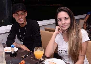 Neilton do Esporte Clube Vitória jantando no Soho com a namorada em fotos de Valterio Pacheco