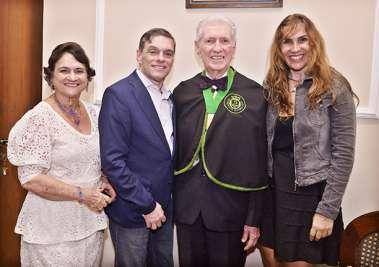 Dr. Almério Machado entre a esposa Marlise e os filhos Jaqueline e Almério Machado Filho em fotos de Valterio Pacheco