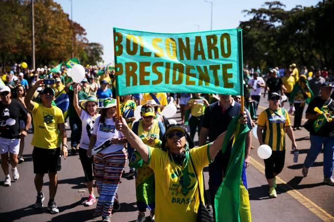Apoiadores de Jair Bolsonaro realizam atos em três cidades. Veja mais...