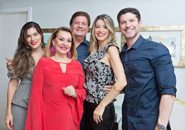 Norma Correia a dona dos parabéns do dia 15, na foto ela está com o esposo Alberto e seus três filhos.Ver mais...