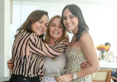 Ester Leal entre sua filha Marcia Leal e sua neta Fernanda Pinto em fotos de Valterio