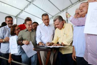 O governador Rui Costa assinando o convênio em Jacobina