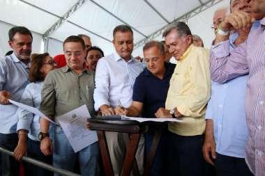 Fabio Vilas-Boas sec. de Sáude também assina no convênio ao lado do diretor do Hospital Leopoldo Passos