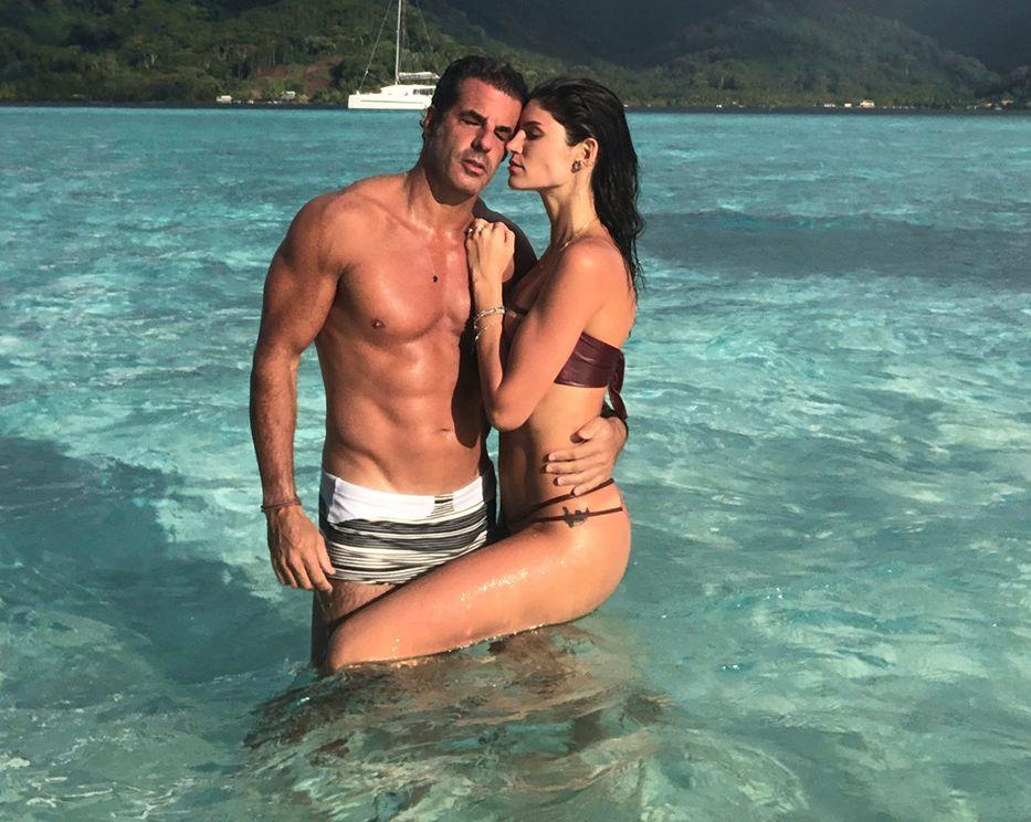 O casal Álvaro Garnero e Lou Montenegro comemoram a exibição  do quadro 50 por 1 exibido no programa Domingo Espetacular