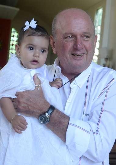 Maria Luiza Silva Varelo nos braços do seu avô Juarez Silva em fotos de Valterio