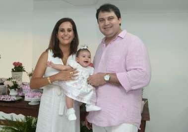 Maria Luiza nos braços dos seus pais Priscila Silva Valero e Bruno Varelo em fotos e Valterio