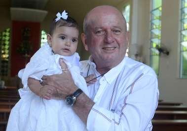 Juarez Silva com sua neta Maria Luiza Silva Varelo em dia de batizado fotos de Valterio